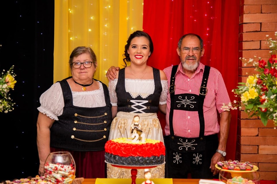 princesa da Oktoberfest de igrejinha com seus avós de traje típico alemão